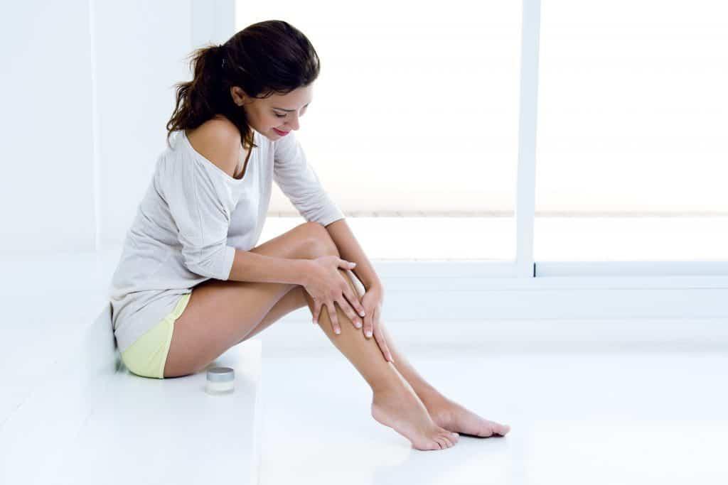 kobieta eksponujące gładkie nogi
