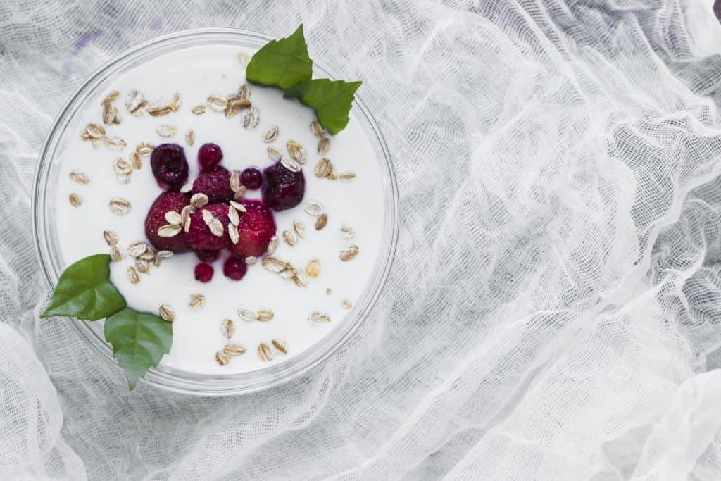 zdrowe przekąski z jogurtem