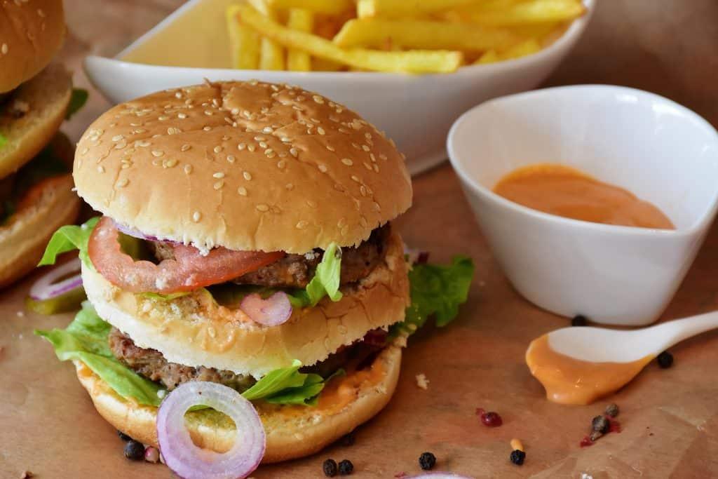 Należy omijać fast foody i wszelkie śmieciowe jedzenie